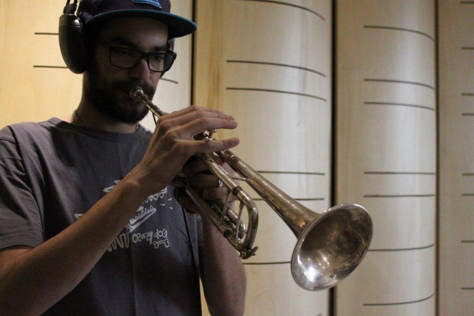 Adam Hejna, nahrávání trubky kapely Fast Food Orchestra.
