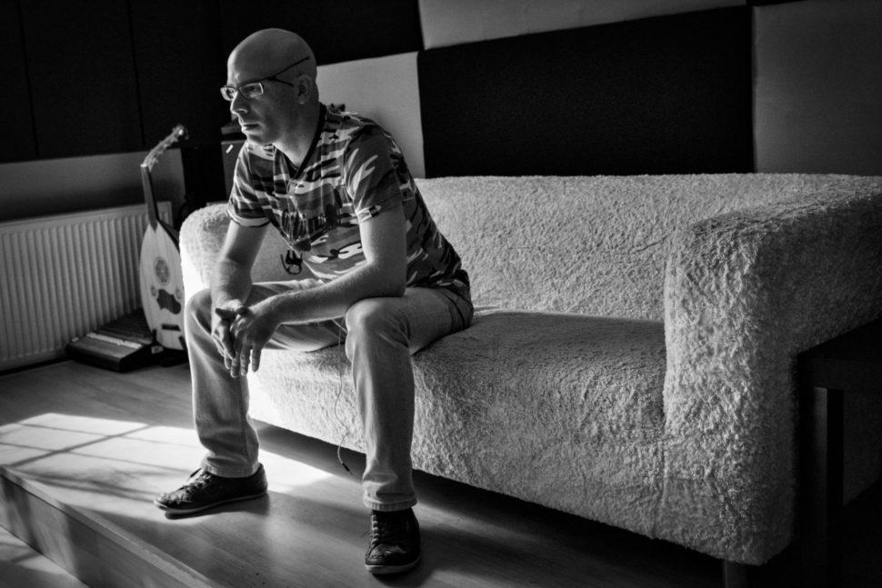 Jan Fröhlich poslouchá v režii Studio Bros.
