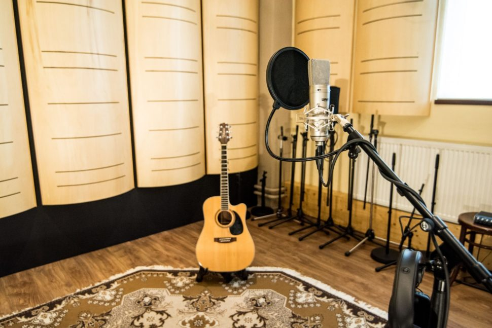 Nahrávací místnost má díky velkému množství difuzorů velmi příjemný a živý zvuk.