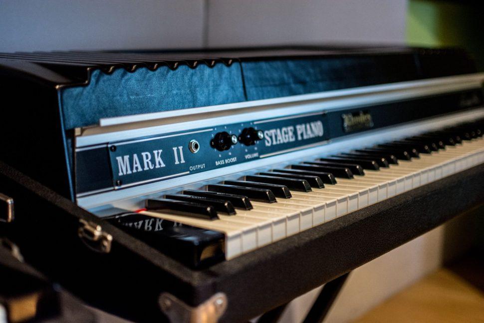 Pro nahrávání jsou vám k dispozici legendární vintage klávesy Rhodes Mark II z roku 1981.