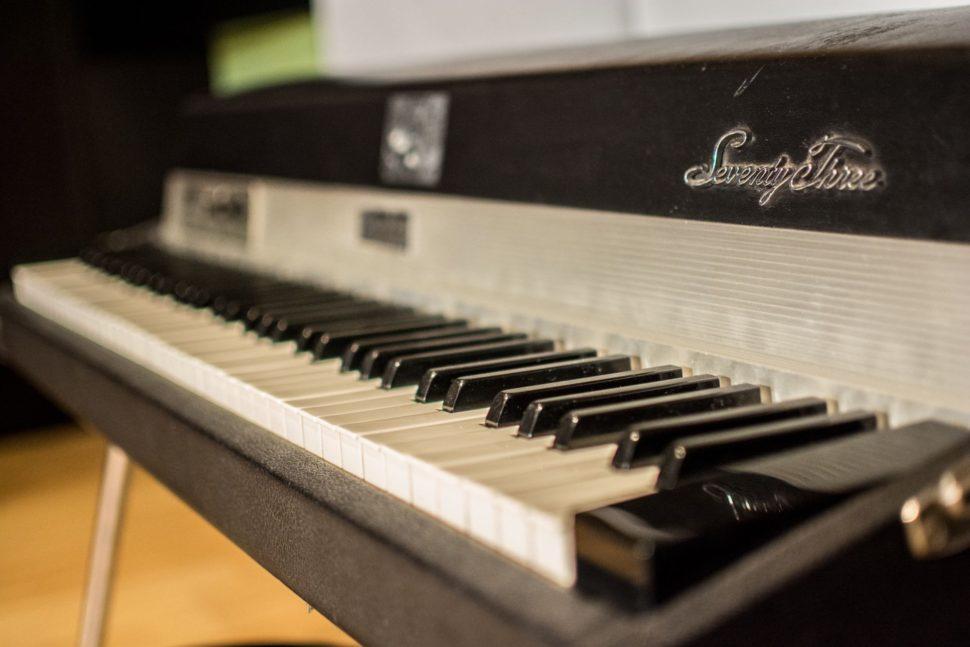 Pro nahrávání jsou vám k dispozici legendární vintage klávesy Rhodes Mark I z roku 1979.