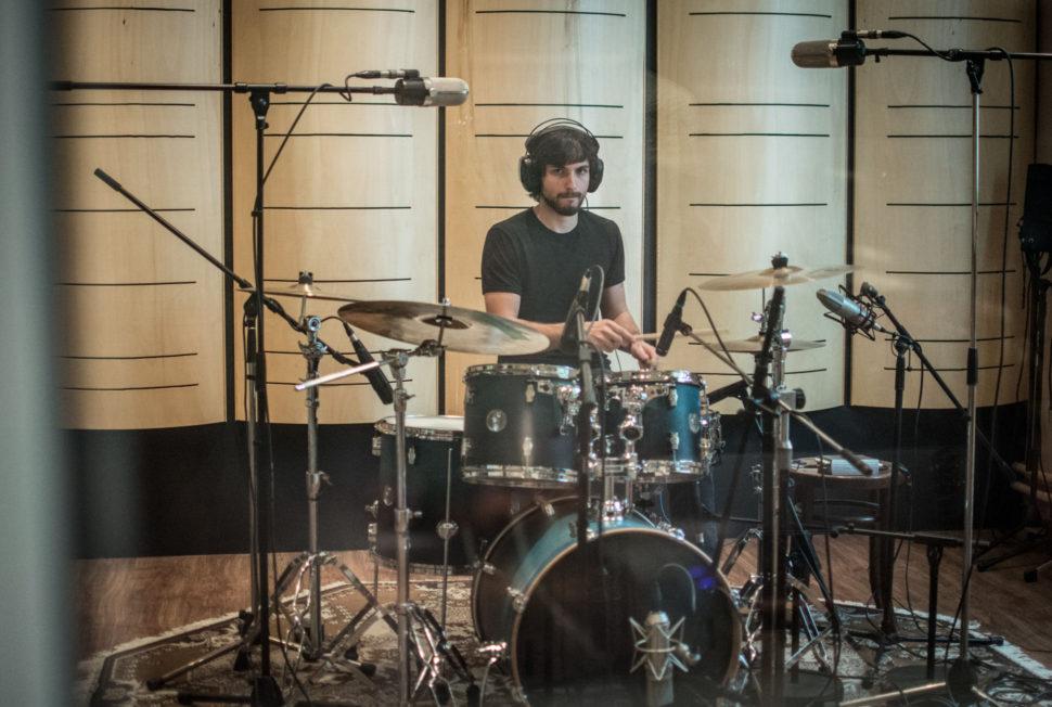 Filip Zangi nahrává bicí ve Studio Bros.