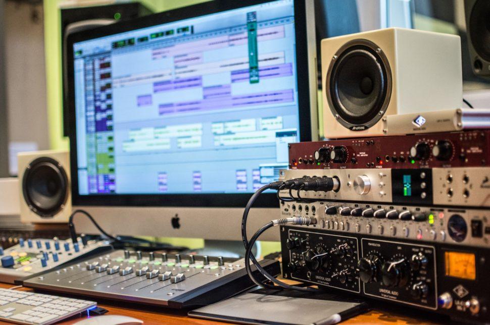 Mix skladby v software Pro Tools 12, poslech přes špičkový převodník Antelope Orion Studio do monitorů Genelec 1032A a Avantone MixCube.
