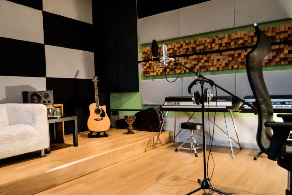 Dostatečně velká a profesionálně akusticky řešená režie vám nabízí k dispozici vše co potřebujete pro správný poslech.